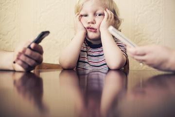 Mama leg je telefoon weg!